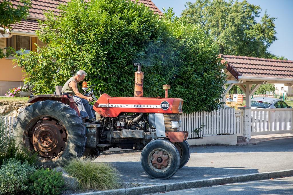 Arrivée d'un tracteur pour l'exposition