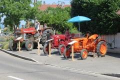 Encore d'autres tracteurs et les cigognes qui montent la garde